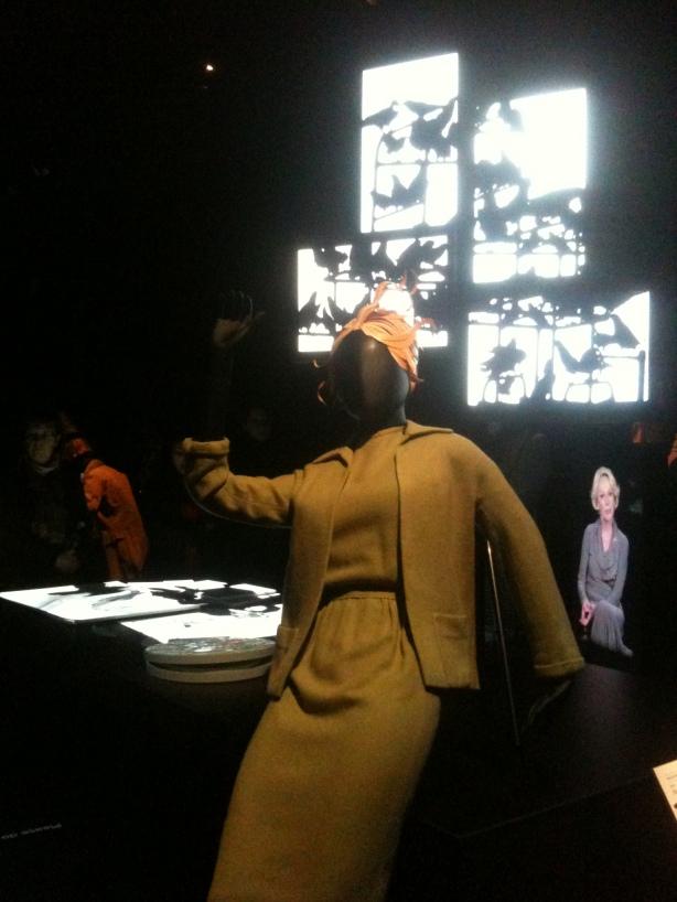"""חליפת השמלה הירוקה של """"מלאני"""" בתערוכה בלונדון. צילום: שלי פריצקר"""